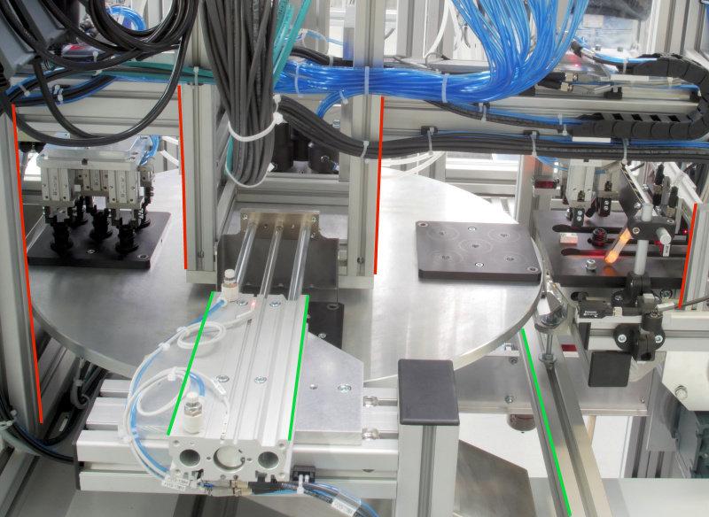 """Blick in einen Montageautomaten Die roten Linien verdeutlichen die """"stürzenden"""" Linien"""